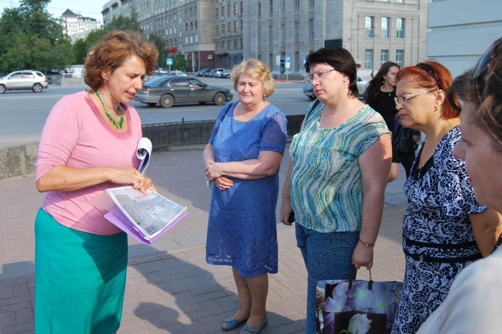 Специалист ГЦИНК Ирина Костюркина проводит экскурсию