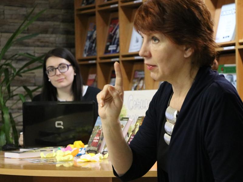 Профессор Высшей школы экономики и писательница Светлана Барсукова посетила юношескую библиотеку